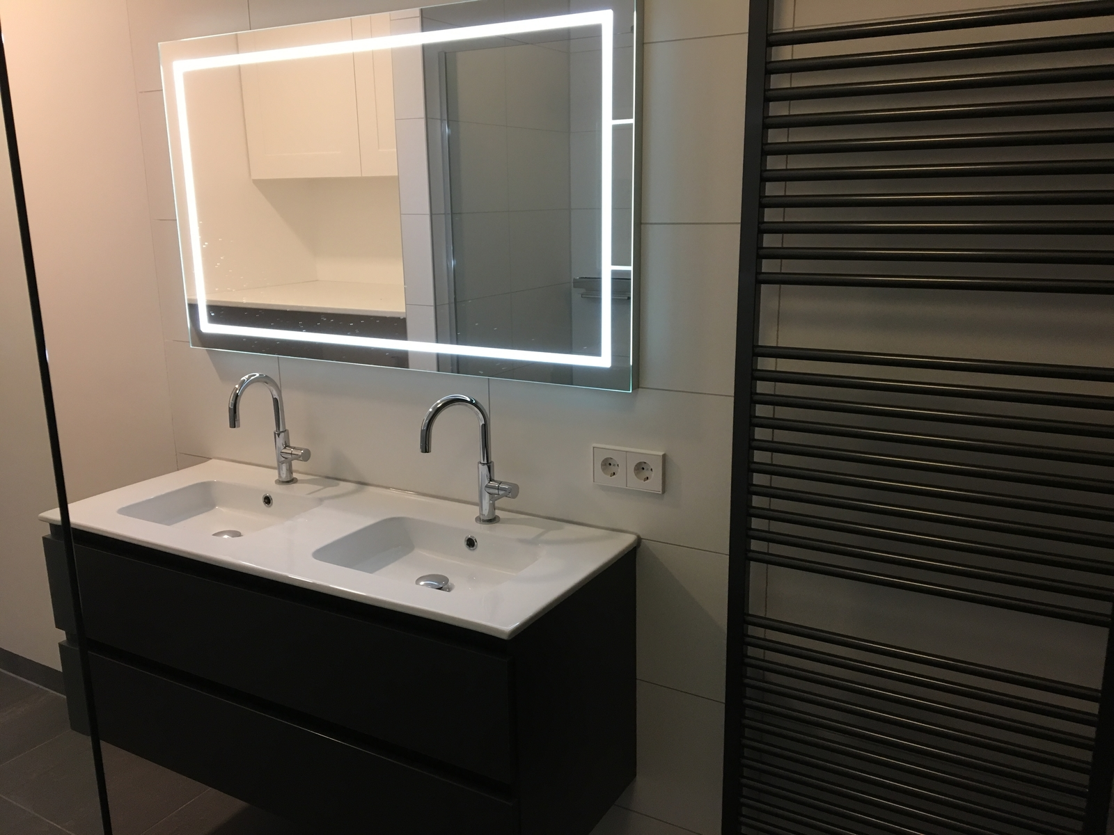 Betonlook badkamer toilet amsterdam tuijps tegels sanitair en keukens