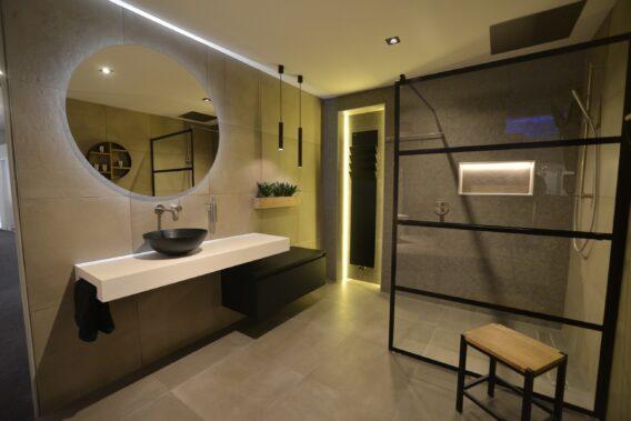 badkamer modern, trend 2020, luxe badkamer, design sanitair, TuijpsHuysch, KeukenHuysch, tuijps, Volendam, showroom Amsterdam Noord, tegelzetters, loodgieters, montage badkamer, instamat radiator, handdoekverwarmer, walk in douche, matzwarte lampen in badkamer, ronde spiegel, LED verlichting in badkamer